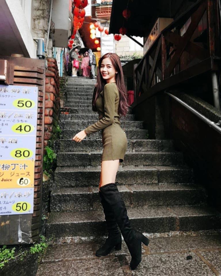 短裙加上長靴凸顯修長美腿
